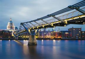 Komar fototapet Millennium Bridge