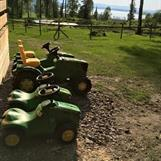 Vi har også litt andre aktiviteter som tråtraktorer, hoppetau, stylter og ulike hagespill