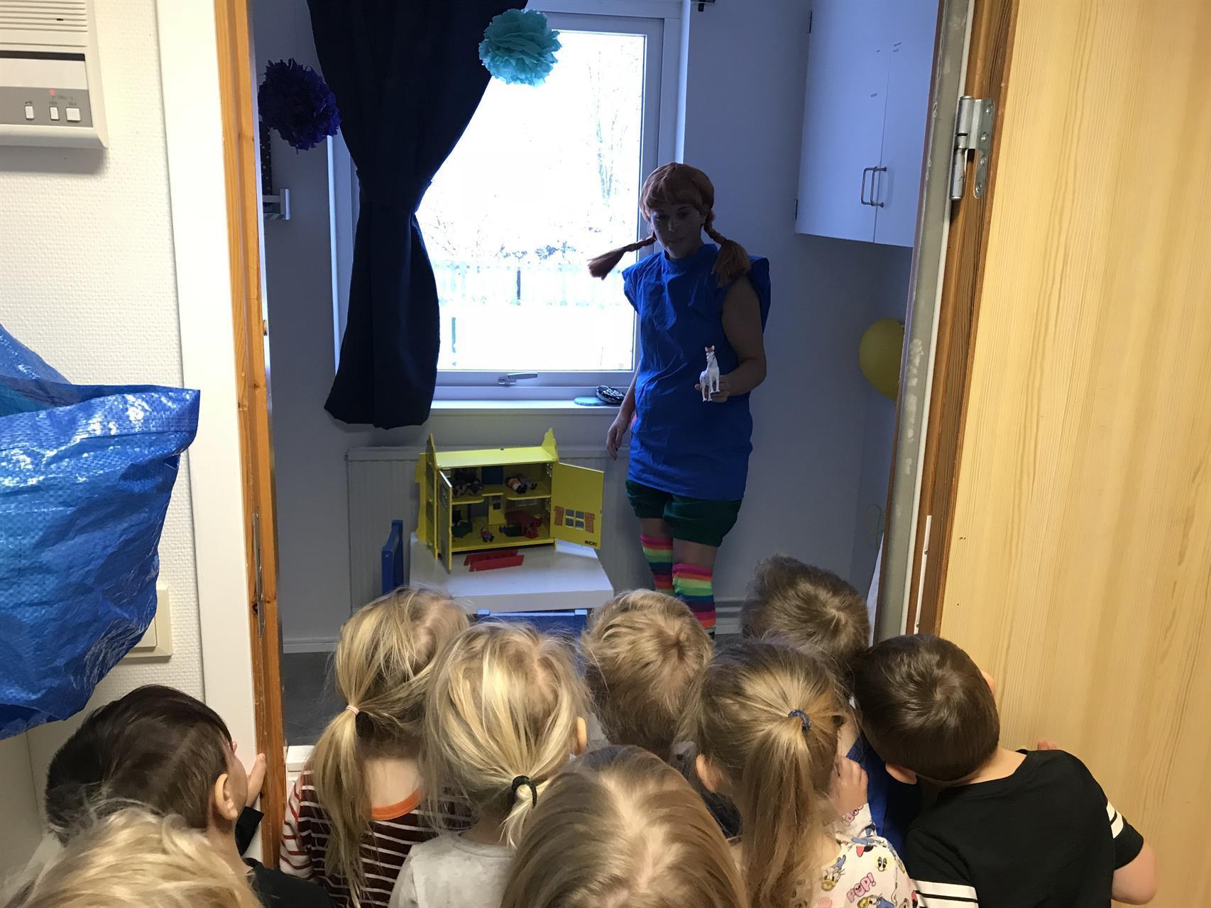 Pippi Långstrump kommer på besök och tittar på vårt Villa Villerkulla.
