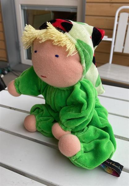 Mellanbarn i äppelgrönt med luva & blond lugg