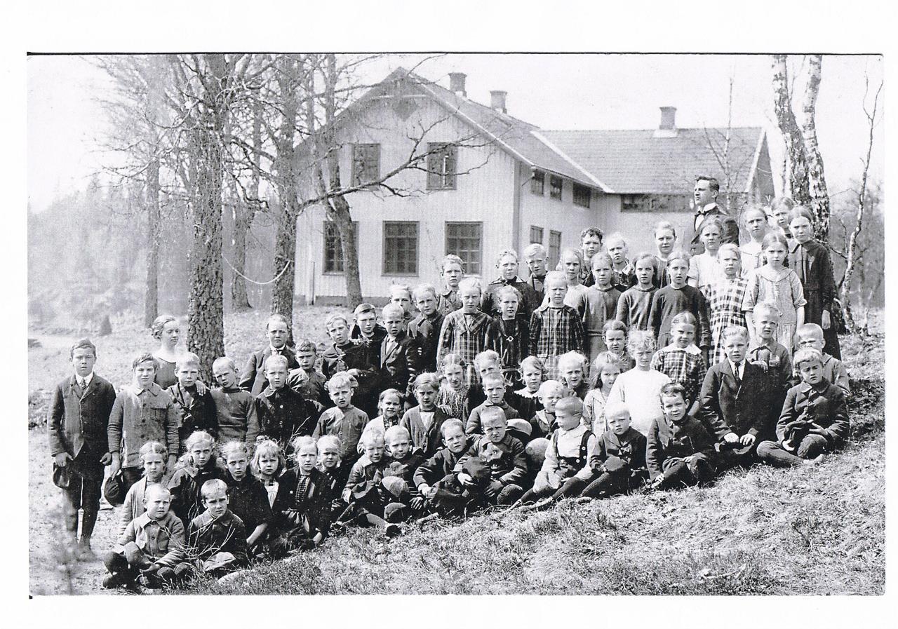Barn och lärare på Hulud Skola. Bild tagen mellan 1921 och 1924
