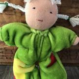 Småbarn med vita flätor - äppelgrön velour med stjärnor -  klicka för att beställa!