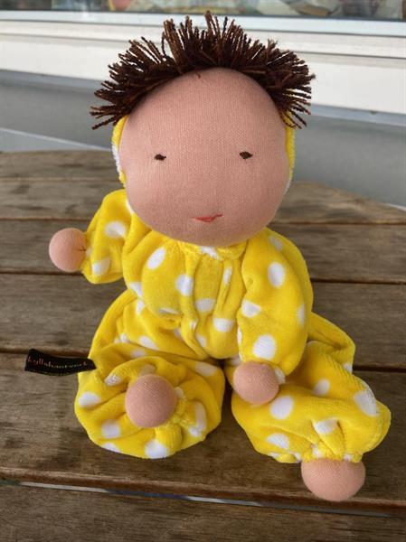 Mellanbarn i gult med luva och brun lugg