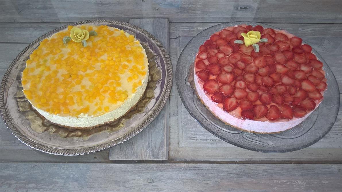 Mango juustokakku sekä mansikkajuustokakku