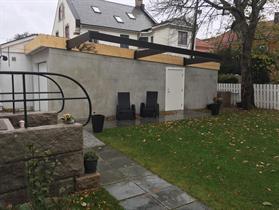 Murpusset Leca garasje med Pergola på plass