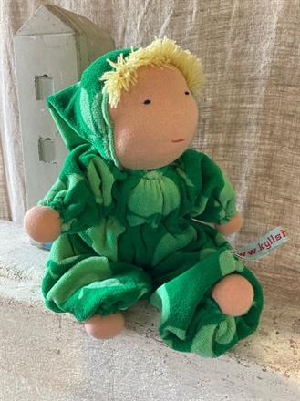 Mellanbarn i grönt med blond lugg och luva