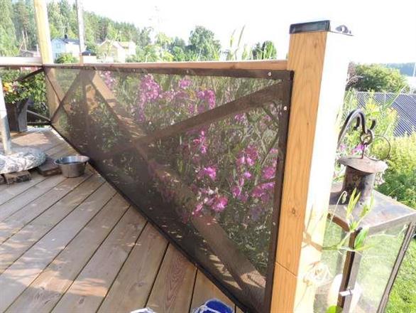 Svart 75% montage på insidan - blommor får mer sol utanför