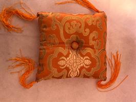 Klangskålskudde orange med tofsar