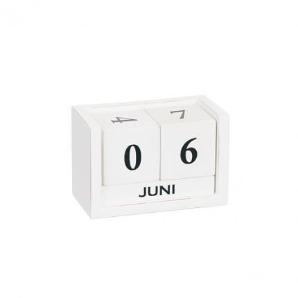 Kalender i trä i vitt.