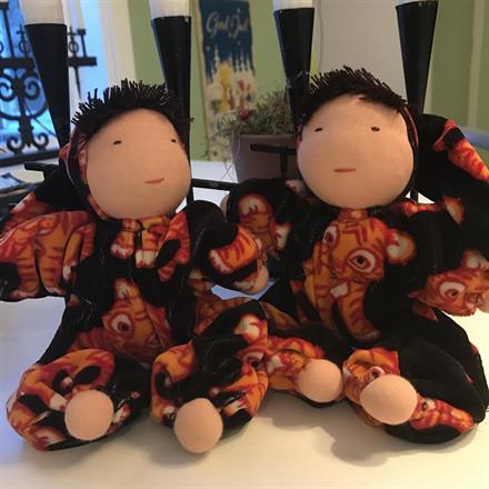 EJ TILL SALU! Två tvilling- waldorfdockor mellankramis. Tyget till dessa tvillingdockor hittade jag hos Kamleont Design