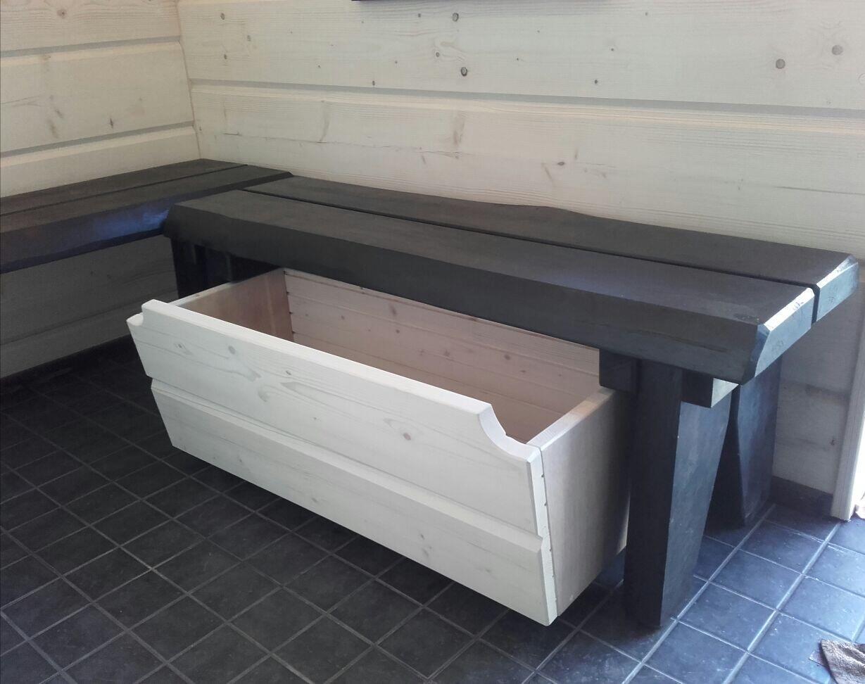 Säilytystilaa vedettävästä puulaatikosta pukuhuoneen penkin alle.