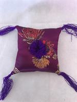 Klangskålskudde lila med tofsar