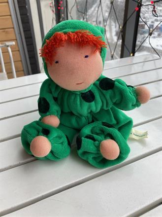 Mellanbarn med luva och röd lugg - grön velour med prickar - 300 kr - klicka för att beställa!.