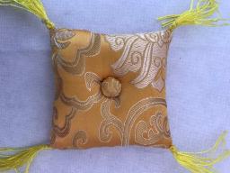 Klangskålskudde gul med tofsar