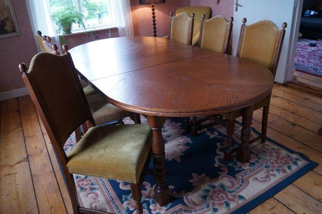 Matbord med 6 klädda stolar