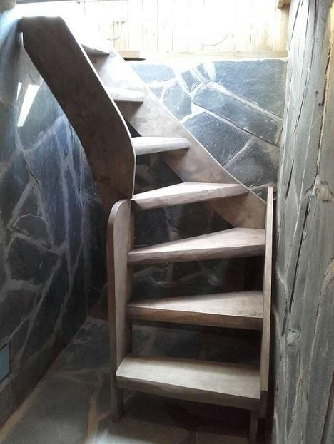 Haapapuusta valmistunut portaikko