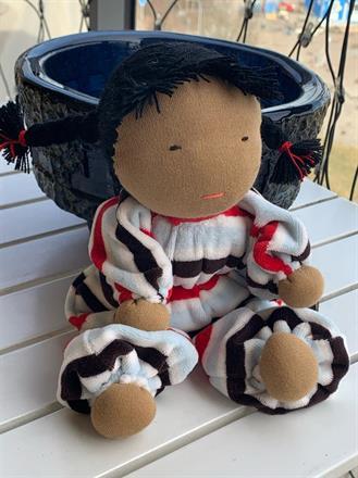 Stor kramdocka med randig velour i röda, ljusturkosa, svarta och  vita  ränder- 350 Kr, klicka för att beställa