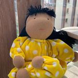 NY! Mellanbarn i gult med långt svart hår och mörk hy - 300 Kr - klicka för att beställa!