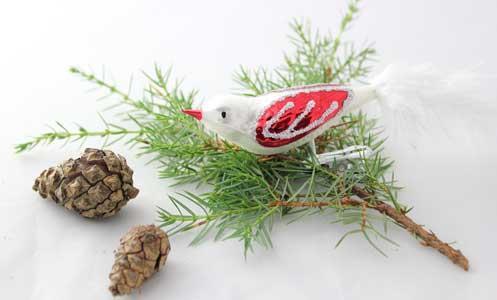 Fugl, matt hvit med røde vinger