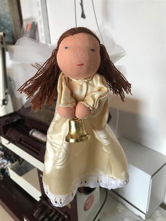 SÅLD! Stor rak ängel med brunt hår, kaffeduks-klänning , spets och stor bjällra, brunt hår UTAN lugg!