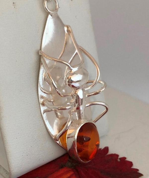 Halssmycke med bärnsten och myra i silver.