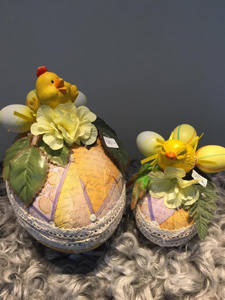 Två dekorerade påskägg med gula kycklingar