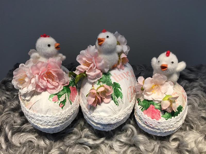 Tre dekorerade påskägg med vita kycklingar