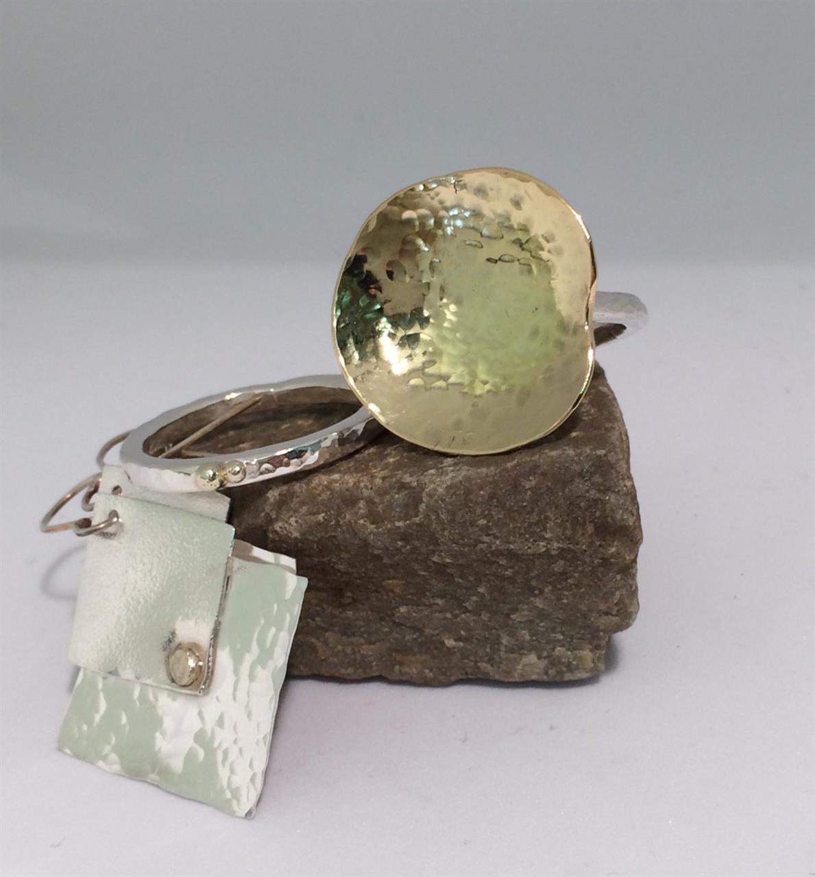 Smycket med guld av elev på silversmideskurs.