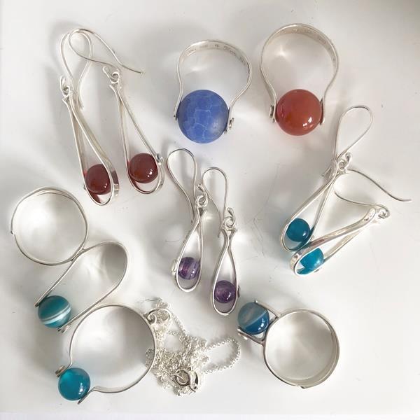 Silversmycken med stenpärlor.