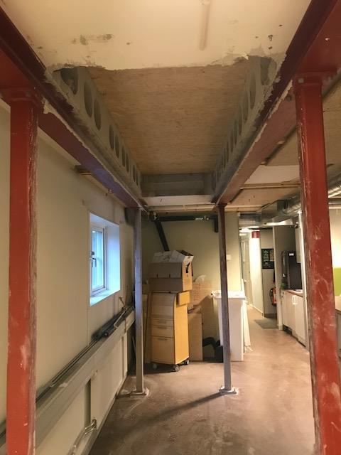 Uppsågning av betong valv och förstärkning för montering av ny EK trapp mellan våningsplanen.