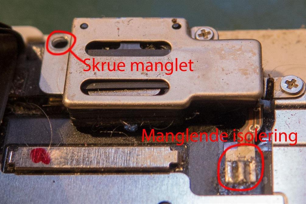 Ørehøytaler brakett med manglende skrue og backlight flex uten isolering