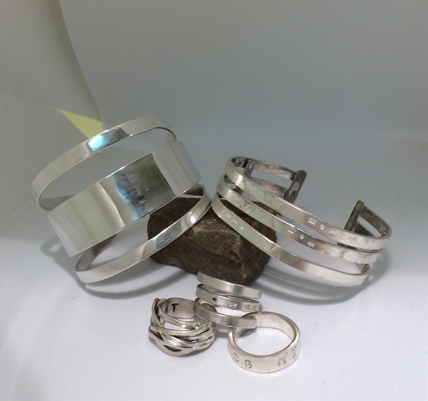 Smycke av elever på silversmideskurs.