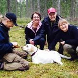 Bild från sökkursen efter en lyckad sökträning med labradoren Ronja.