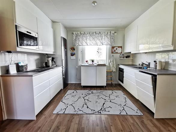 OKT-keittiö jälkeen. Keittiön- ja lattian asennus, sekä katon ja seinien maalaus.