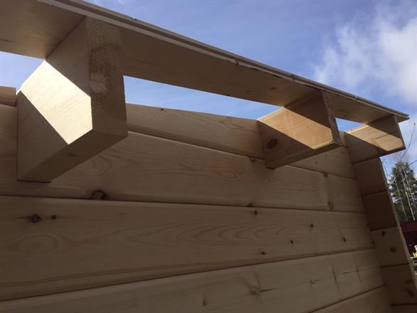 Takåsar och första takbräda på plats.