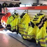 Vi arbetar med kända leverantörer inom arbetskläder, arbetsskor samt profilkläder